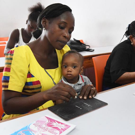 Collecte de dons pour l'égalité des chances pour les jeunes filles en Côte d'Ivoire.